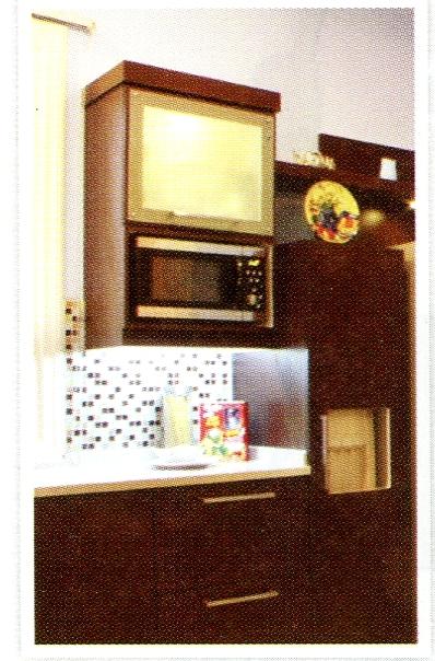 Microwave diletakkan mengantung di kitchen set